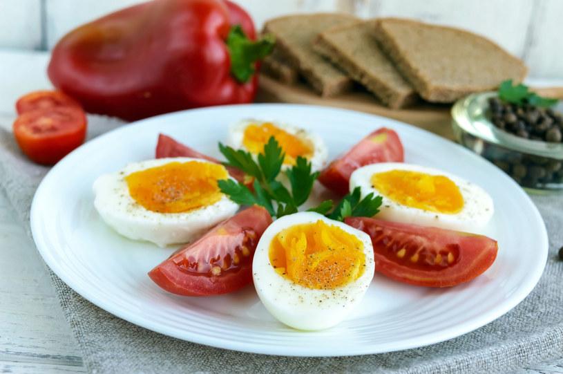 Jajka gotowane na półmiękko zachowują więcej składników odżywczych /123RF/PICSEL