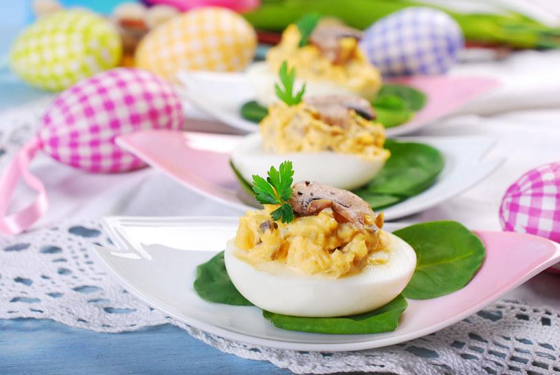Jajka na liściach szpinaku /123RF/PICSEL