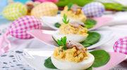 Jajka na liściach szpinaku