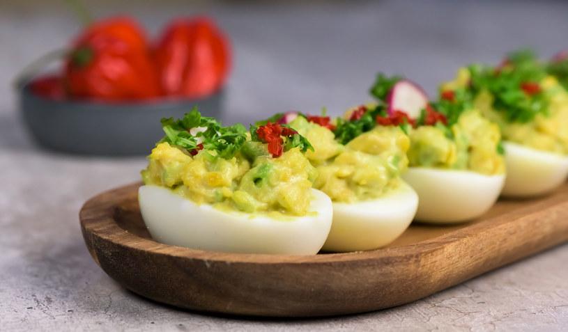 Jajka nadziewane awokado /123RF/PICSEL