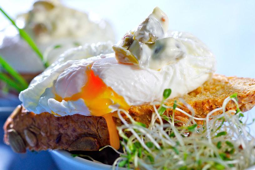 Jajka po benedyktyńsku - żółtko powinno sę lekko rozlewać /East News
