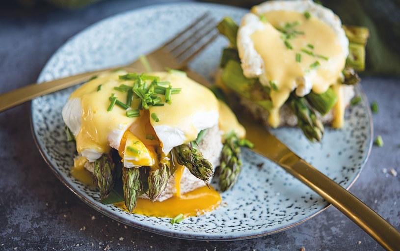 Jajka po florentyńsku ze szparagami i sosem holenderskim /materiały prasowe