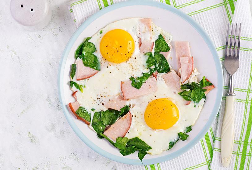 Jajka sadzone z polędwicą i szpinakiem /123RF/PICSEL