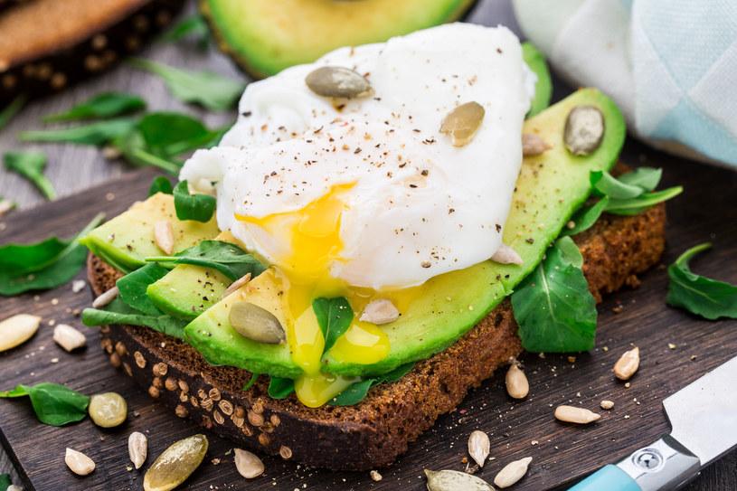 Jajka w koszulce to idealna propozycja śniadaniowa /123RF/PICSEL