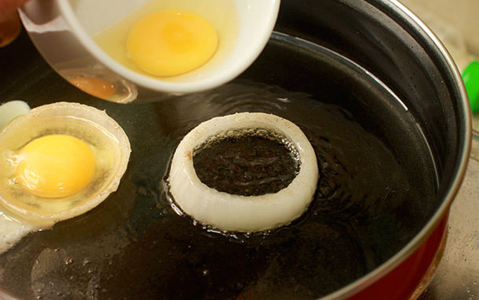 Jajka w krążkach cebuli /© Photogenica