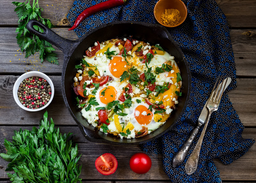 Jajka z warzywami /123RF/PICSEL