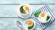 Jajka zapiekane na szpinaku