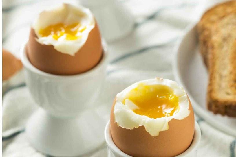 Jajka zawierają sporo ważnych dla krwi składników /123RF/PICSEL