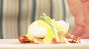 Jajko gotowane w koszulce z kurkami, boczkiem i sosem musztardowym