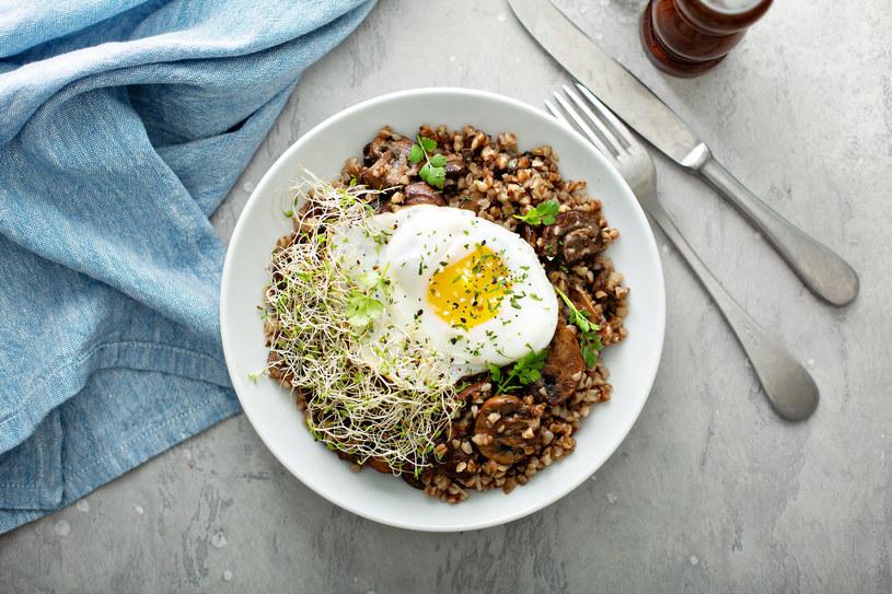 Jajko i kasza gryczana z zielonymi dodatkami - takie połączenie gwarantuje uczucie sytości /123RF/PICSEL