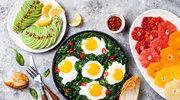 Jajko sadzone na zapiekanym szpinaku, z fetą