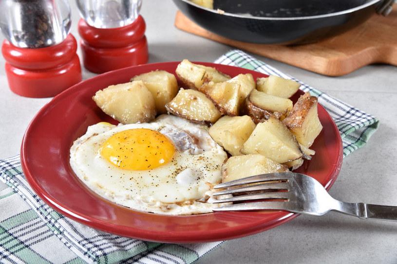 Jajko sadzone z ziemniakami to częsty piątkowy obiad /123RF/PICSEL