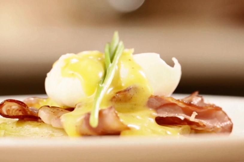 Jajko w koszulce z białymi szparagami i sosem holenderskim /Styl.pl