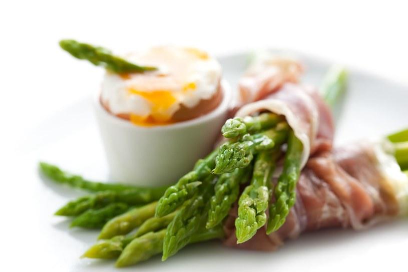 Jajko z płynnym żółtkiem i długo dojrzewająca szynka to dla nich idealne towarzystwo /123RF/PICSEL