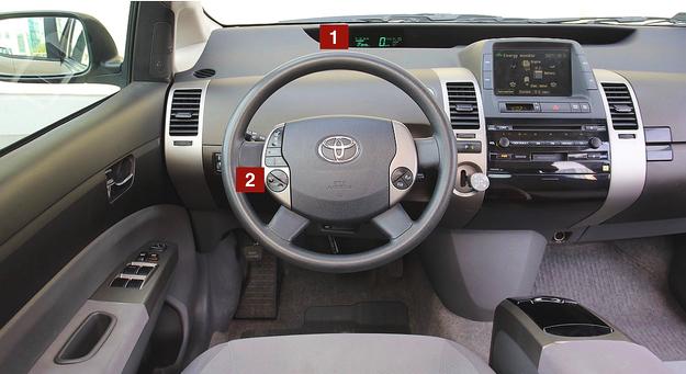 Jajowata kierownica, mikroprzełącznik kierunku jazdy i zupełny brak analogowych wskaźników – chociaż ta tablica przyrządów ma już 12 lat, nadal wygląda futurystycznie. Świetne materiały. /Motor
