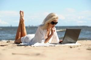 Jak bezpiecznie korzystać z Facebooka na wakacjach