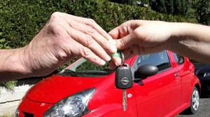 Jak bezpiecznie wypożyczyć auto podczas zagranicznego urlopu?