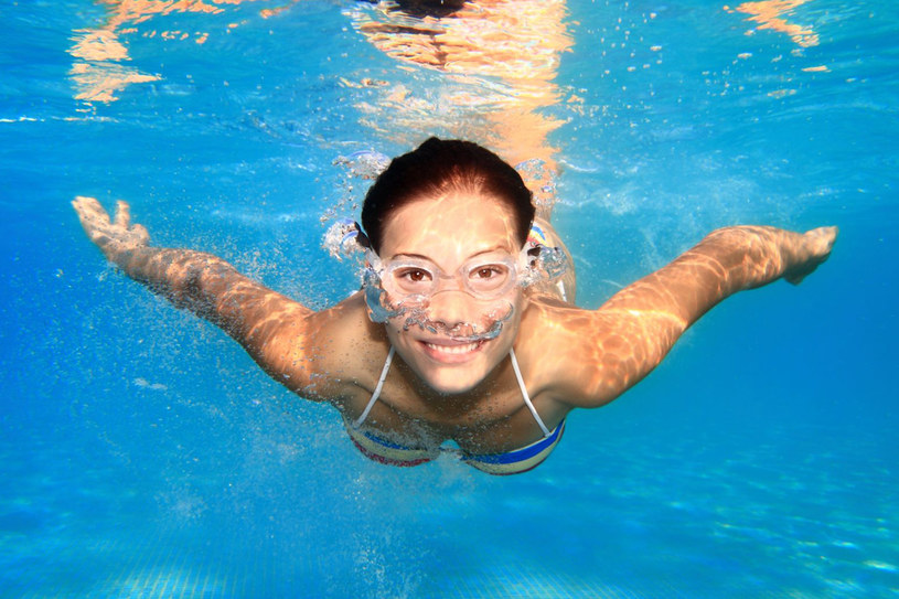 Jak często pływać? Tu liczy się systematyczność. Może to być raz lub dwa razy w tygodniu, ale w dłuższym okresie czasu /123RF/PICSEL