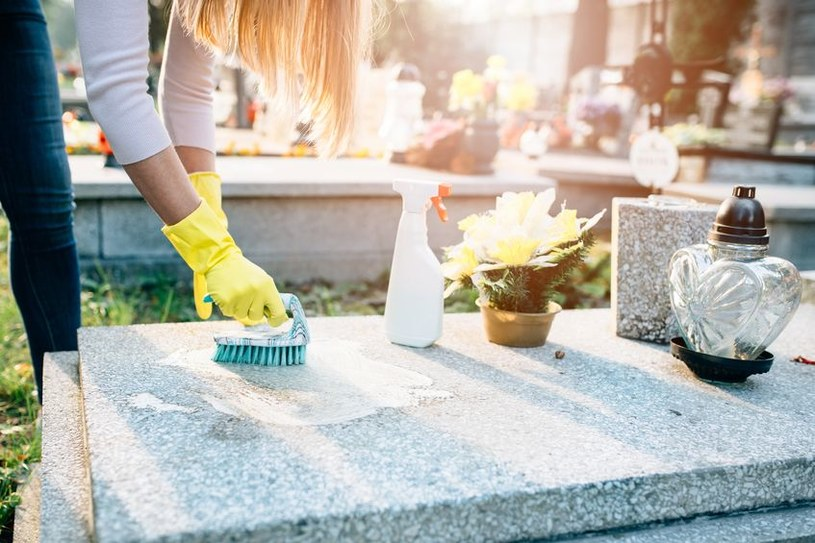 Jak czyścić pomniki? /©123RF/PICSEL