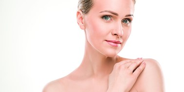 Jak dbać o delikatną skórę szyi i dekoltu? Sprawdzone metody!