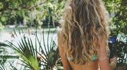 Jak dbać o wysuszone włosy latem?