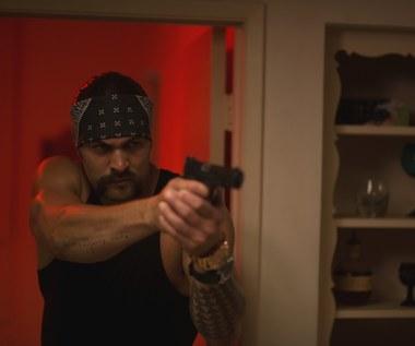 """""""Jak dogryźć mafii"""": Jason Momoa kradnie psa Bruce'a Willisa"""