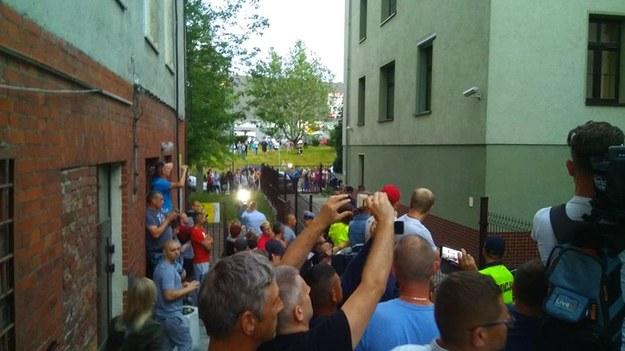 Jak informuje reporter RMF FM, wokół budynku zebrało się kilkaset mieszkańców Świdnicy /Mateusz Czmiel /RMF FM