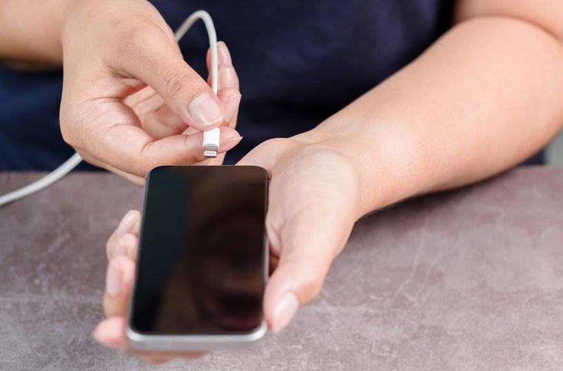 Jak ładować nowe smartfony? /123RF/PICSEL