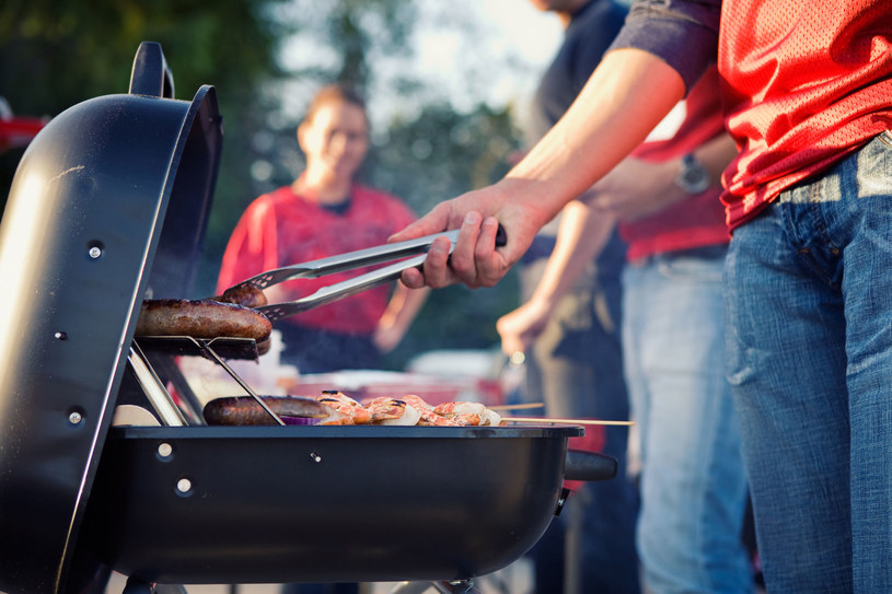 Jak łagodzić skutki grillowego obżarstwa? /123RF/PICSEL