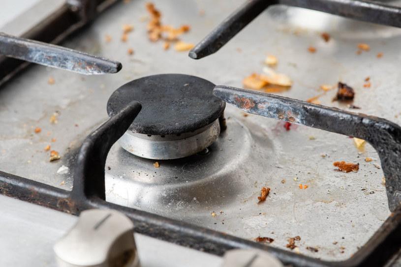 Jak łatwo pozbyć się tłustych osadów z kuchenki, piekarnika czy okapu? /123RF/PICSEL