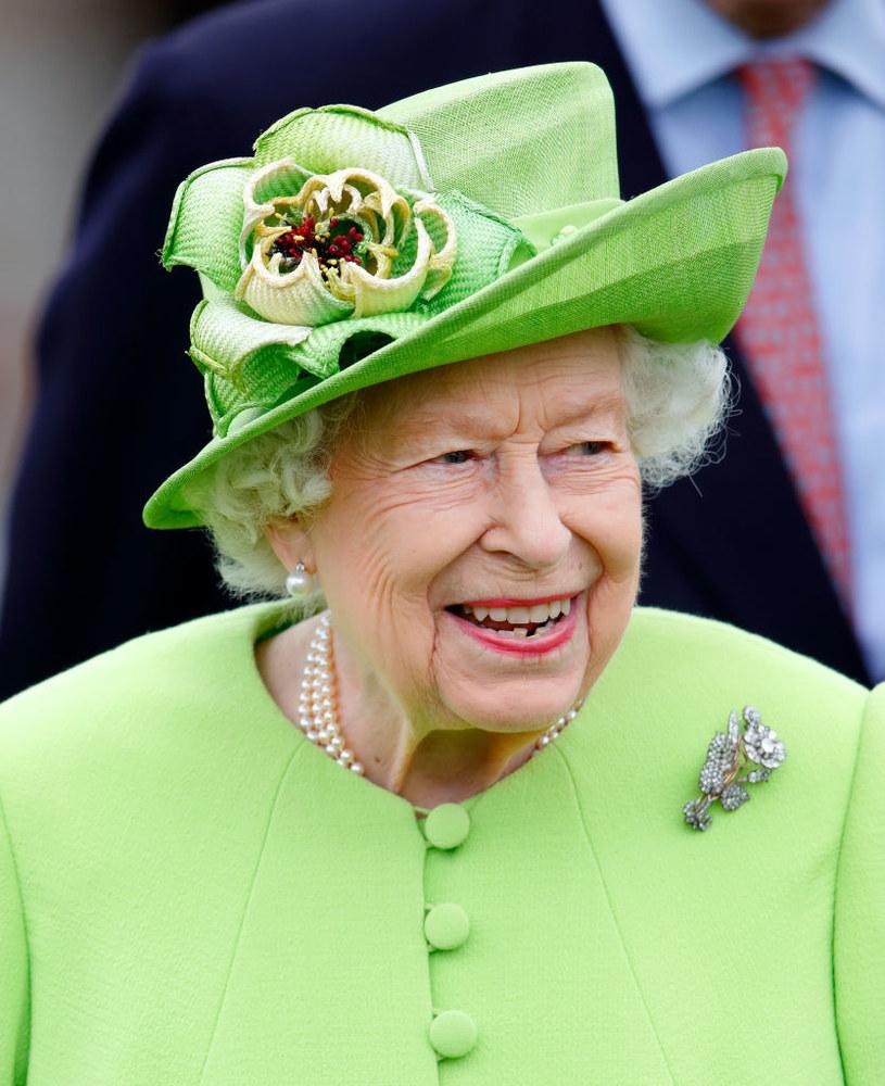 Jak ma na nazwisko królowa Elżbieta II? /Max Mumby/Indigo