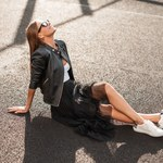 Jak modnie nosić trampki? Pomysły na stylizacje na wiosnę i lato