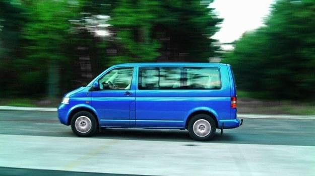 Jak na samochód dostawczy, T5 z silnikiem TDI 174 KM staje się naprawdę szybki i bardzo dobrze trzyma się drogi. /Motor