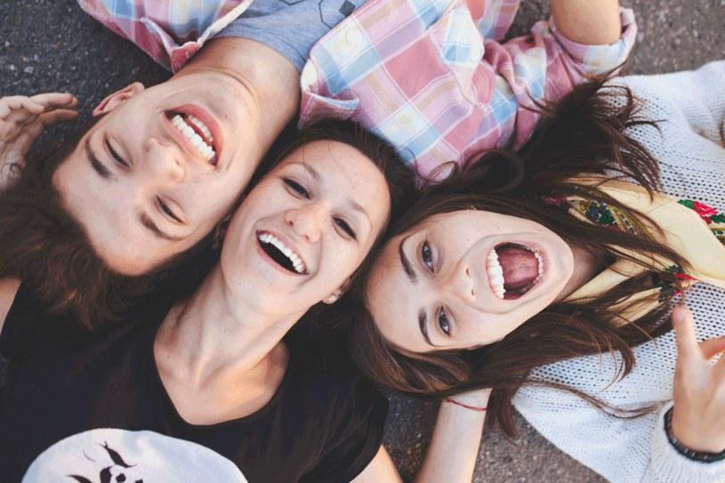 Jak najwięcej czasu spędzaj wśród znajomych, którzy mają poczucie humoru iczęsto się śmieją. /Twoje Imperium