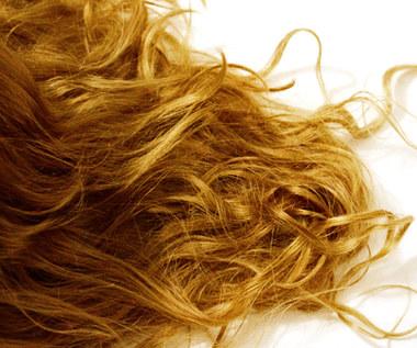 Jak naturalnym sposobem rozjaśnić włosy?