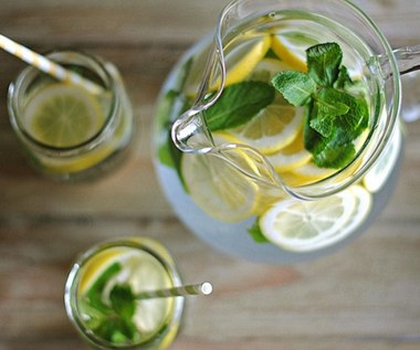 Jak oczyścić skórę i ciało wodą z ogórkiem, miętą i cytryną?