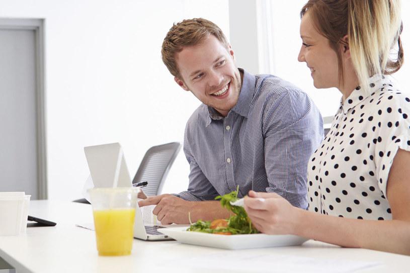Jak odżywiać się zdrowo w pracy? /123RF/PICSEL