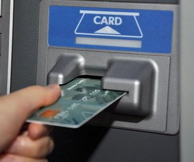 Jak okrada się osoby korzystające z bankomatów