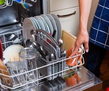Jak oszczędnie myć naczynia w zmywarce?