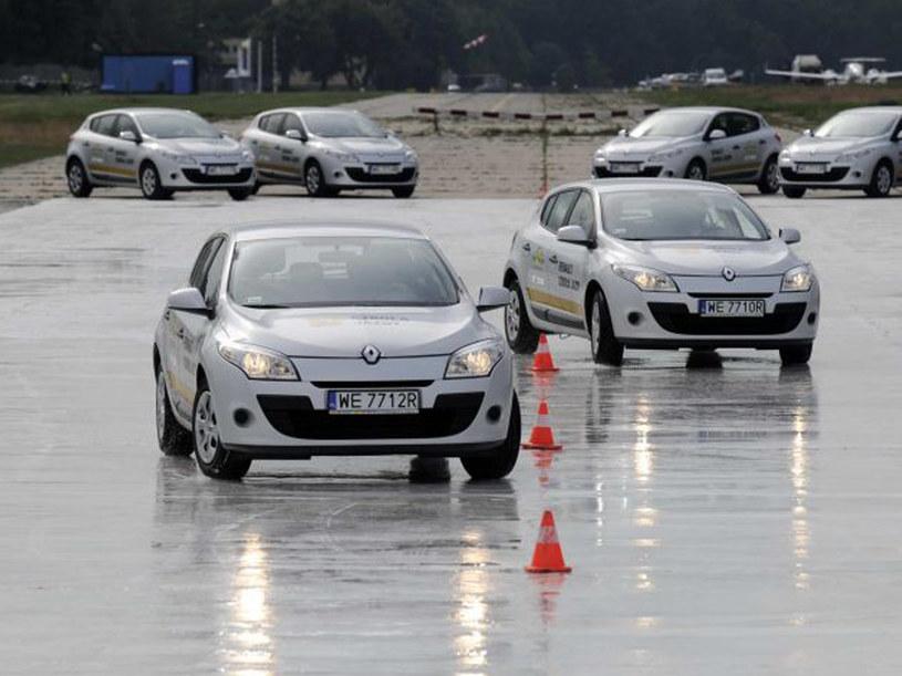 Jak parkować tyłem - radzą eksperci Szkoły Jazdy Renault  /materiały prasowe