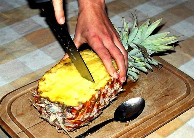 jak pociąc ananasa /© Photogenica