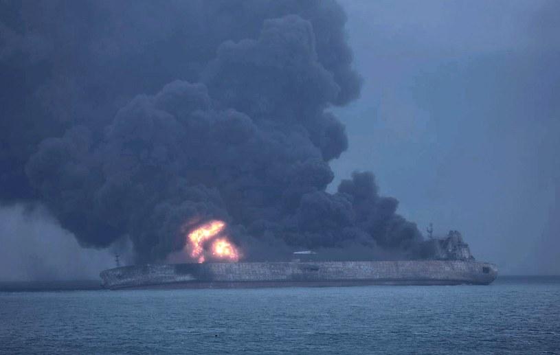 Jak podały we wtorek chińskie media - tankowiec nadal płonie i grozi wybuchem /SOUTH KOREA COAST GUARD HANDOUT /PAP/EPA