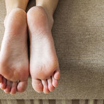 Jak poradzić sobie z pękającymi piętami?