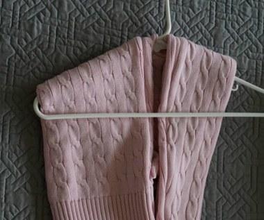 Jak powiesić sweter na wieszaku?