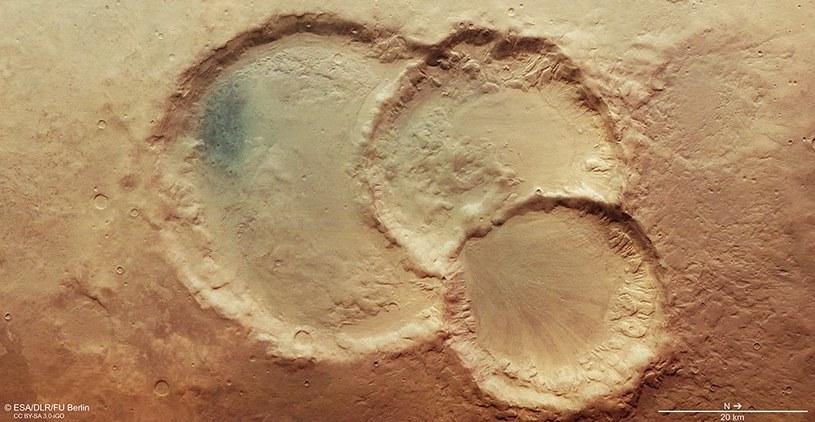 Jak powstał ten nietypowy krater uderzeniowy? /NASA
