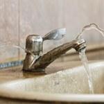 Jak pozbyć się białych plam z wody?