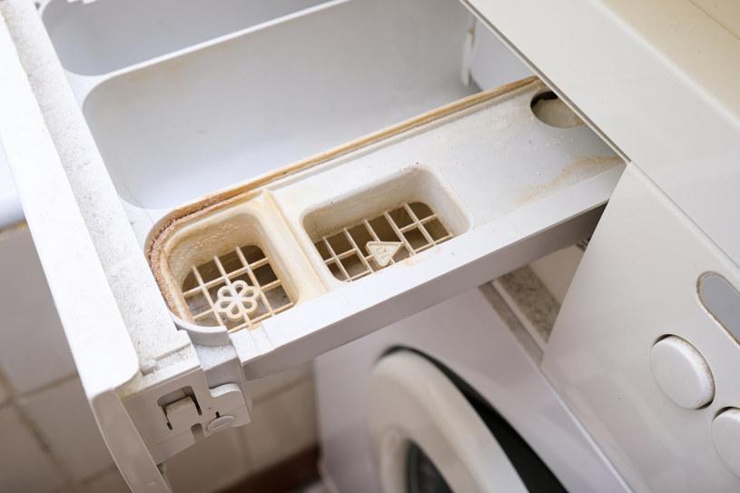 Jak pozbyć się kamiennego osadu z szuflady pralki? /123RF/PICSEL