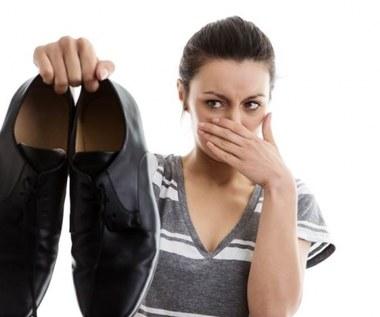 Jak pozbyć się nieprzyjemnego zapachu potu z butów i stóp?