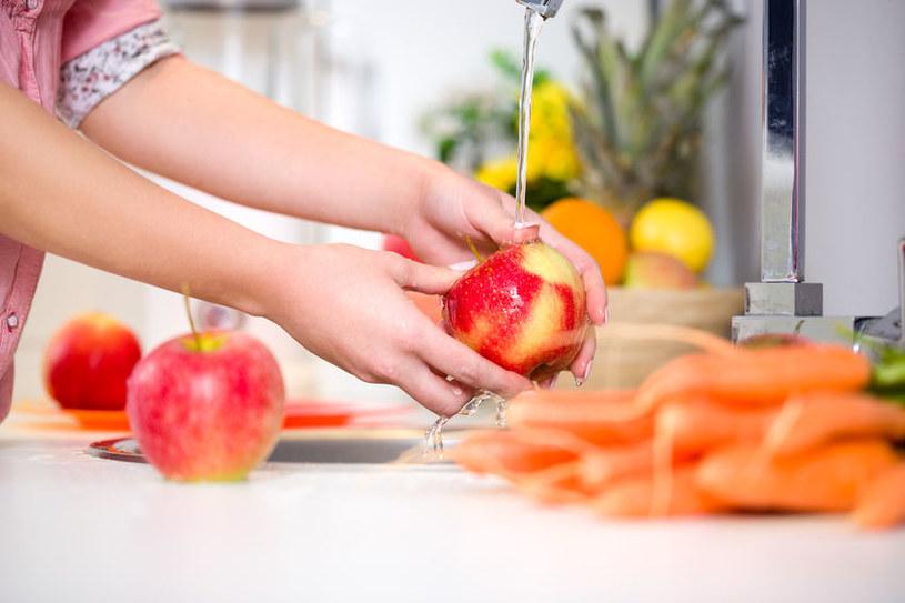 Jak prawidłowo myć warzywa i owoce? /©123RF/PICSEL
