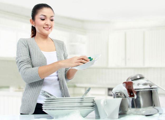 Jak przygotować domowy płyn do mycia naczyń? /123RF/PICSEL